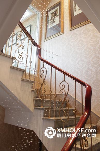 小高层复式楼客厅带楼梯装修效果图