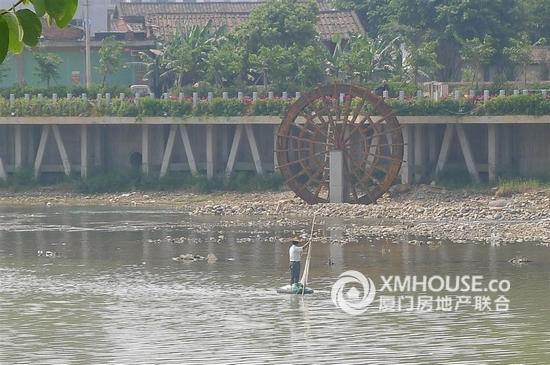 林语花溪 别墅施工加紧进行 沿溪堤岸建设中